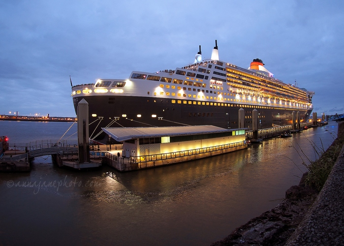 QM2 at Dusk - 20150524-queen-mary-2.jpg - Anna Nielsson