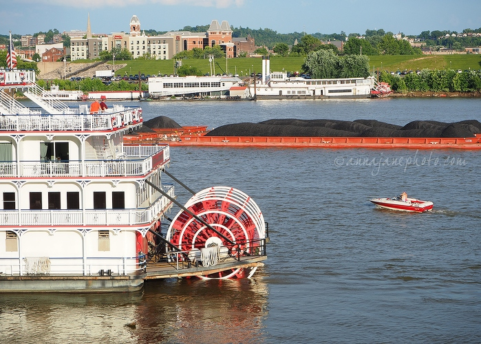 Boats on Ohio River - 20170701-boats-on-ohio-river.jpg - Anna Nielsson
